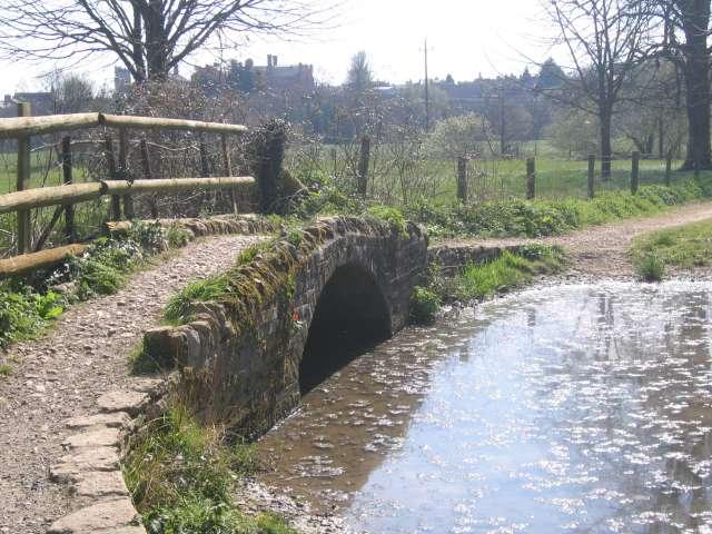 Tek gözlü eski köprü