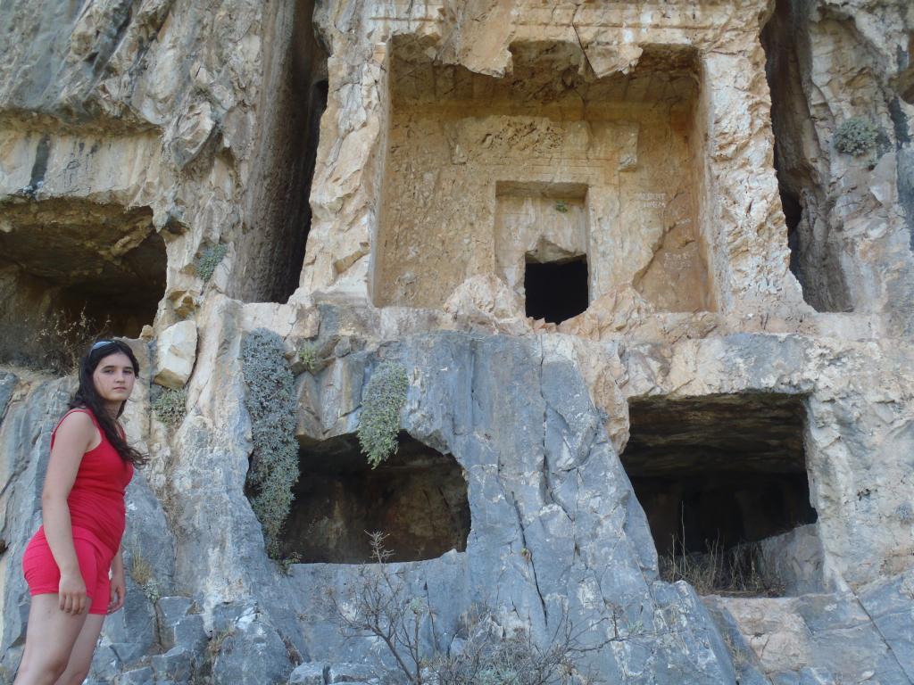 Kaya ve Oda Mezar Geleneği açılmış kaya mezarları