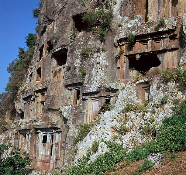 yandan çekilmiş Likya Kaya Mezarları resmi
