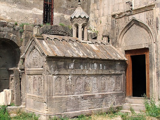 Ermeni Kaya ve Resim Sanatı, kilise ve lahit