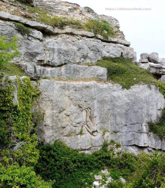 dik kayada insan işareti
