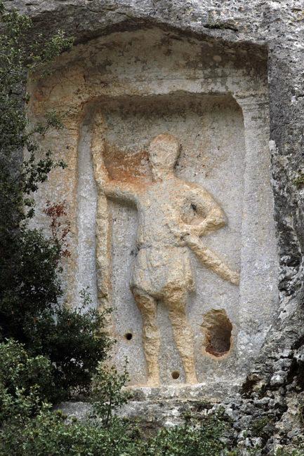 Kabartma insan adam kaya mezar işareti