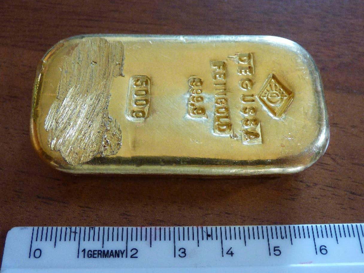 Alman Kız, Alp Gölünde Altın Külçe Buldu